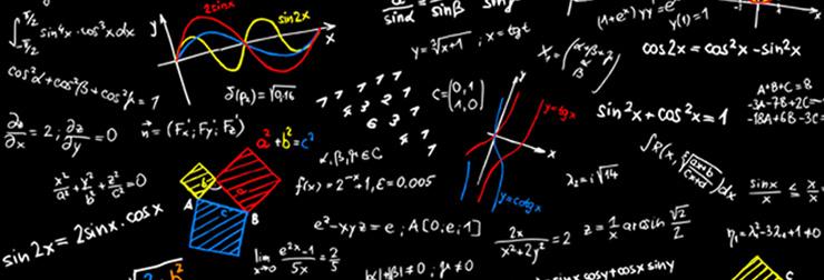 Tableau noir où des formules mathématiques sont inscrites à la craie